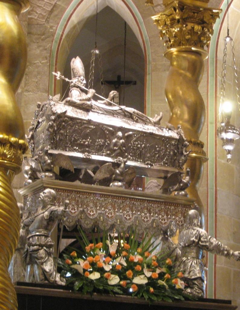 Relikwiarz św. Wojciecha w Gnieźnie  English: Silver coffin of St. Adalbert in Gniezno   Polski: Relikwiarz św. Wojciecha w Gnieźnie Data VI 2008 Źródło Praca własna Autor Ludmiła Pilecka pl.wikipedia