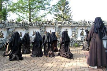 Siostry bernardynki podczas nabożełstwa Drogi Krzyżowej