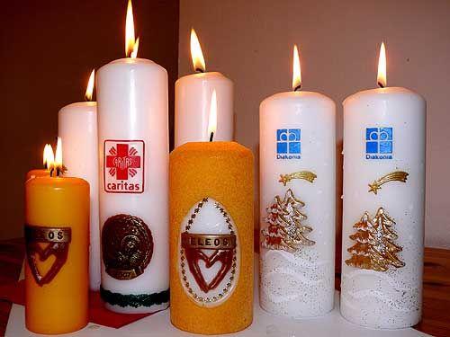 Płonące światło świecy Wigilijnego Dzieła Pomocy Dzieciom